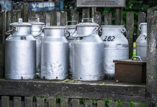 milk cans 1659157 640